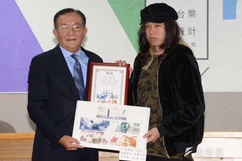 新新台幣設計大賽頒獎典禮,立委高志鵬頒發首獎。(甘岱民攝)