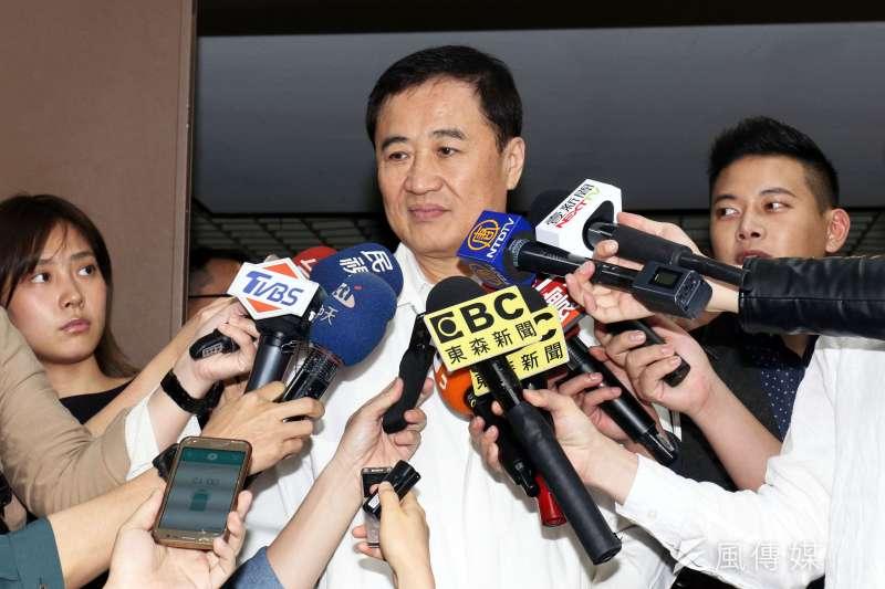 台北農產公司下午召開董事會,董事長陳景峻會前接受媒體訪問。(蘇仲泓攝)