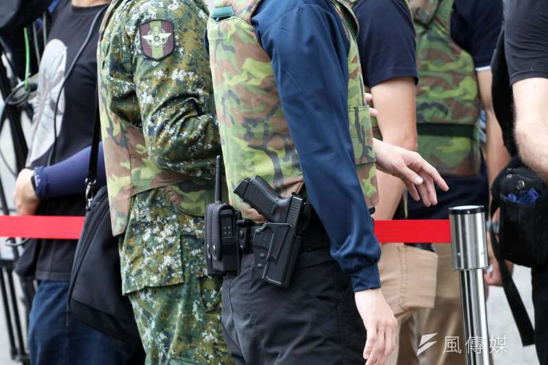 去年一名負責官邸維安工作的王姓上尉警衛官,疑似因為精神不濟,在清槍過程中,不慎將配備給特勤人員的克拉克手槍擊發,儘管並未造成人員傷亡。圖為特勤人員配克拉克手槍。(蘇仲泓攝)