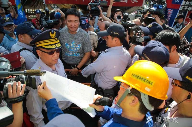 台北市建管處3月29日至八百壯士帳篷前進行勸導,令其自行拆除。(顏麟宇攝)