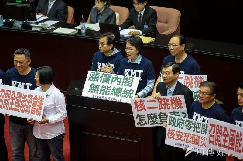 國民黨團立委們針對核二跳機於國是論壇發言抗議。(顏麟宇攝)
