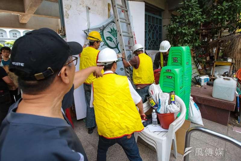20180331-台北市政府及台北捷運公司31日九點,針對於台大醫院站一號出口駐紮的原住民團體「原轉小教室」進行柔性清場。(顏麟宇攝)