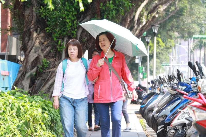 氣象局表示,今(17)日西半部地區可達到35度,紫外線指數偏高,提醒民眾做好防曬措施。(資料照,陳韡誌攝)