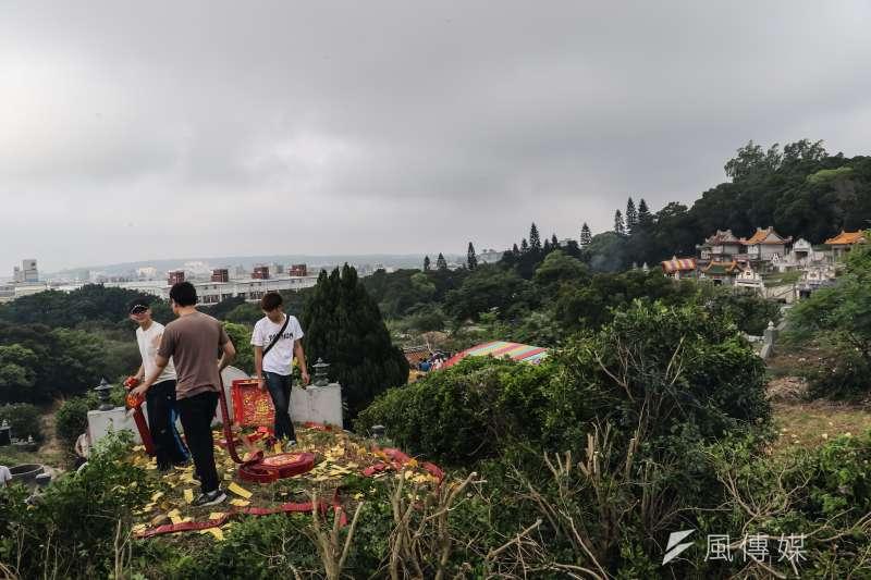 今年的清明節是在4月4日,台灣人每次到了這個時節,幾乎都會到祖墳進行掃墓的活動,但你知道清明節的習俗其實不只這個…(圖/甘岱民攝)