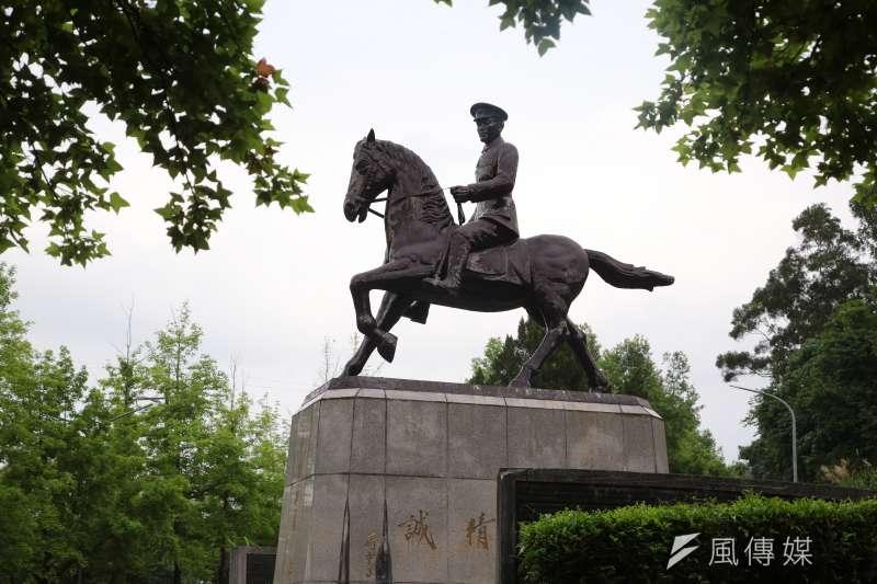 國立政治大學內的蔣介石騎馬銅像,22日凌晨遭到數名大學生於夜間將銅像的馬腳鋸斷。圖為政大蔣公騎馬銅像。(資料照,顏麟宇攝)