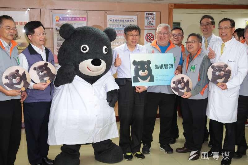 台北市長柯文哲6日出席聯合醫院仁愛院區熊讚見面會,進場時被躲在牆角的熊讚嚇了一跳,不甘示弱直言「下去領500」,讓眾人笑翻!(顏麟宇攝)