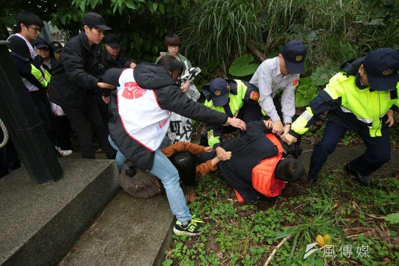 20180407-總統蔡英文參加鄭南榕紀念日,大觀反迫遷居民抗議被拖離現場。(顏麟宇攝)