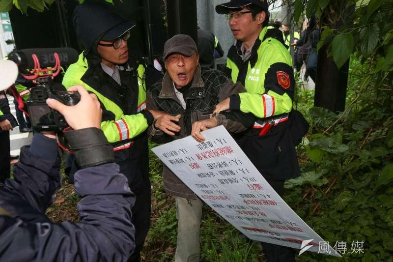 總統蔡英文參加鄭南榕紀念日,大觀反迫遷居民抗議被拖離現場。(顏麟宇攝)