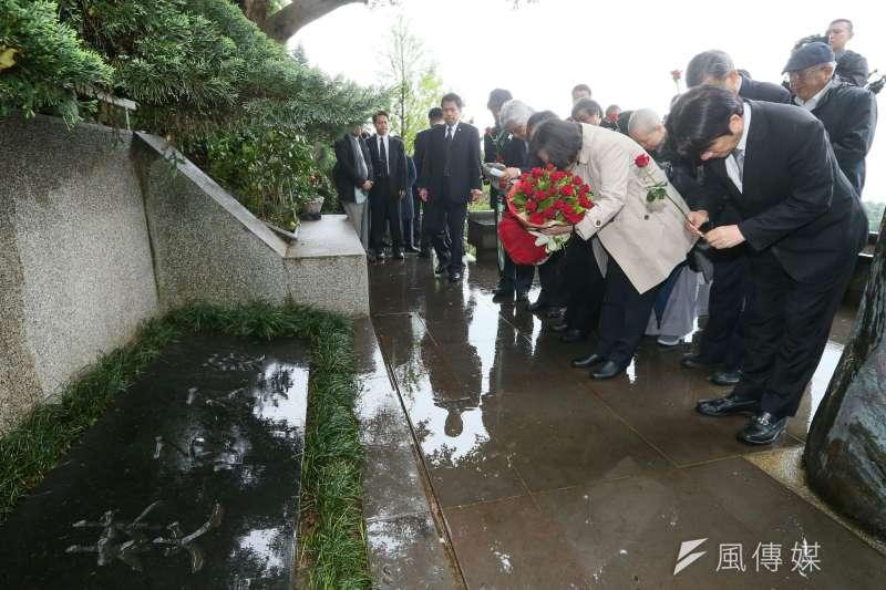 蔡英文總統出席鄭南榕言論自由日紀念活動,向鄭南榕獻花致敬。(台北市攝影記者聯誼會提供)