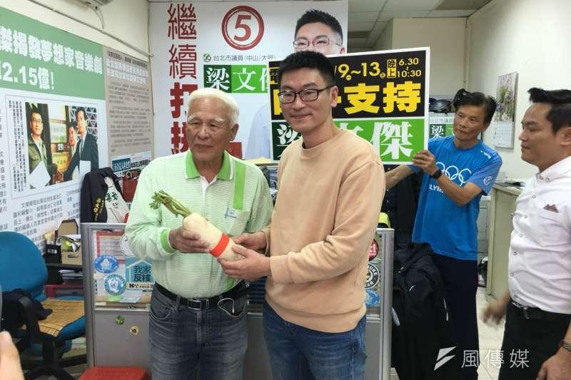 民進黨台北市議員初選在即,前台北市黨部主委黃慶林出面為新潮流系市議員梁文傑拉票。(顏振凱攝)