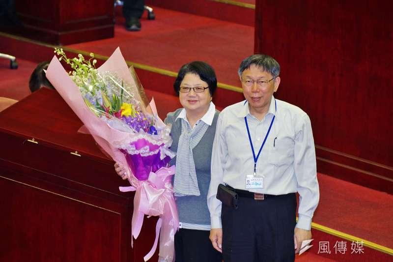 20180410-台北市長柯文哲送花給即將卸任的議長吳碧珠。(盧逸峰攝)