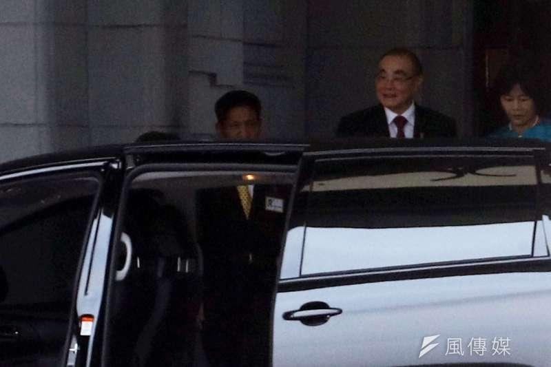 前國防部長馮世寬(中)獲一等景星勳章典禮上午在總統府舉行,包括馮世寬妻子(右)等人均到場觀禮。(蘇仲泓攝)