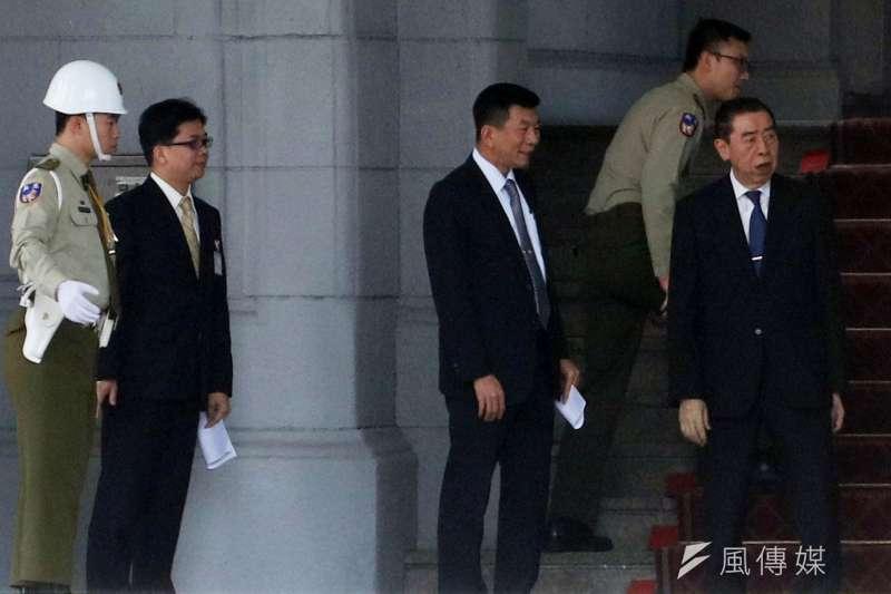 軍人之友社理事長李棟樑(右一)也現身總統府。(蘇仲泓攝)