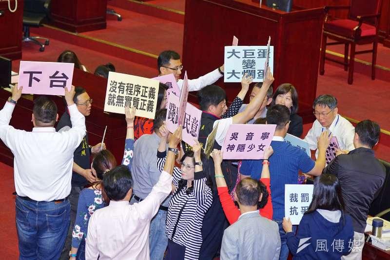 市議員舉牌抗議,表達希望吳音寧下台的訴求。(盧逸峰攝)