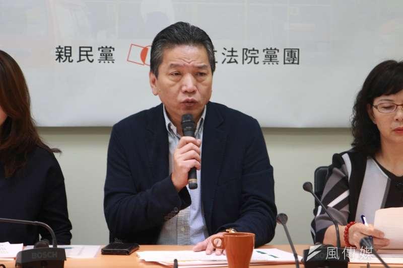 親民黨立法院黨團10日主辦「大人黑白開 囝仔直直哀 台灣的危機在國債」記者會,立法委員李鴻鈞發言。(陳韡誌攝)