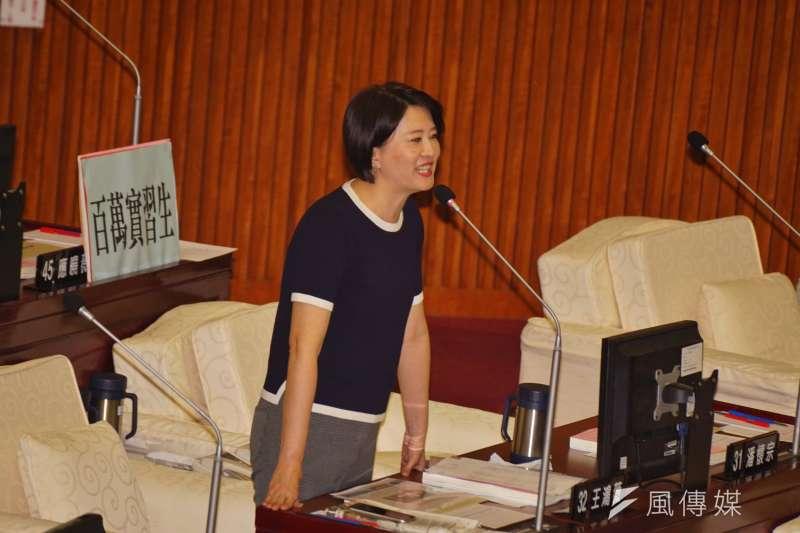 北農總經理吳音寧答詢時不斷跳針,市議員王鴻薇痛批,「在播錄音帶是不是」。(盧逸峰攝)