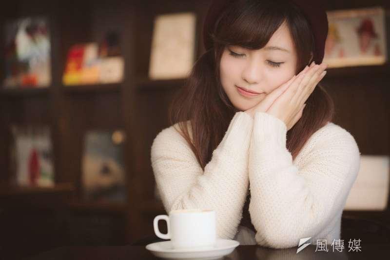 茶的妙用可不只有安撫情緒,不同的茶還具有消水腫、舒緩腹痛的功效。(示意圖非本人/pakutaso)