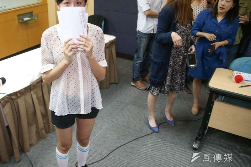 被迫穿著清涼的自由工作者曾小姐,出席1111人力銀行「上班族職場性騷擾調查」記者會。(陳明仁攝)