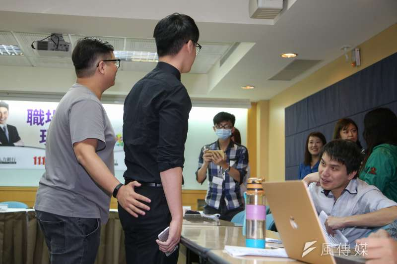 被摸臀部的平面模特兒楊先生,出席1111人力銀行「上班族職場性騷擾調查」記者會。(陳明仁攝)