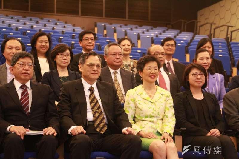 陸委會主委陳明通至海基會視導,與其他官員合影。(陳韡誌攝)