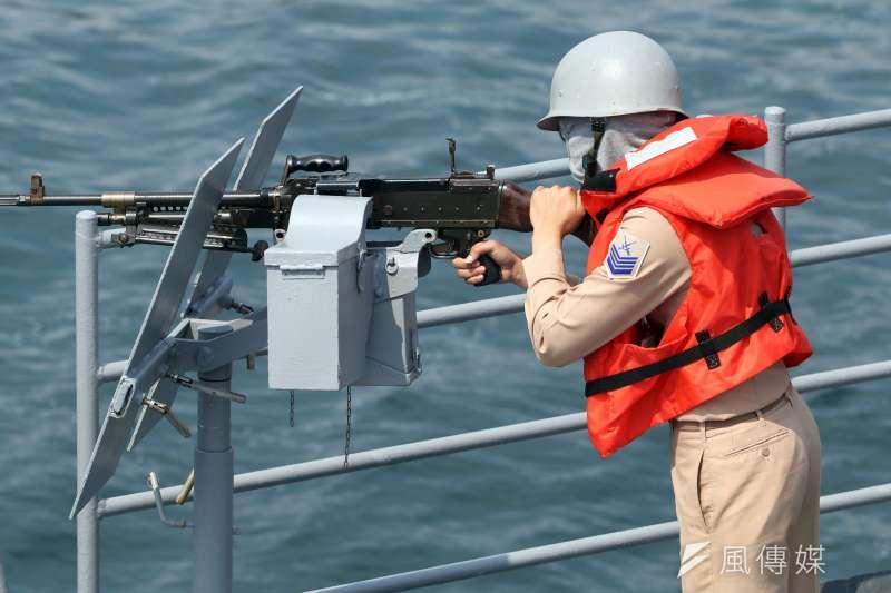 20180413-海軍上午在蘇澳外海接受戰備抽測,結合三軍兵力完成操演。圖為海軍官兵在基隆艦上以機槍進行警戒。(蘇仲泓攝)