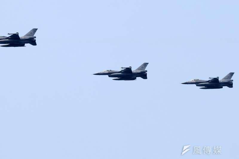 20180413-海軍上午在蘇澳外海接受戰備抽測,結合三軍兵力完成操演。圖為空軍派遣F-16戰機參與演練。(蘇仲泓攝)
