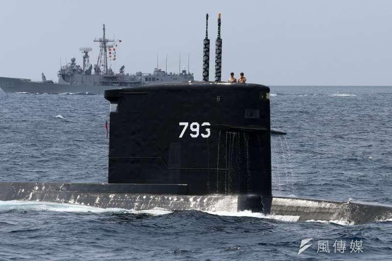 海軍上午在蘇澳外海接受戰備抽測,結合三軍兵力完成操演。圖為海軍海龍潛艦對敵發射潛射魚叉飛彈後,上浮檢視戰果。(資料照,蘇仲泓攝)