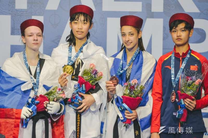 台灣女將羅嘉翎(左二)在哈馬馬特舉辦的世界青少年跆拳道錦標賽女子55公斤量級決賽,以14比6踢倒俄羅斯的諾索娃奪金,成為台灣首位連兩屆在世青少都奪金的選手。(世界跆拳道總會官網提供)