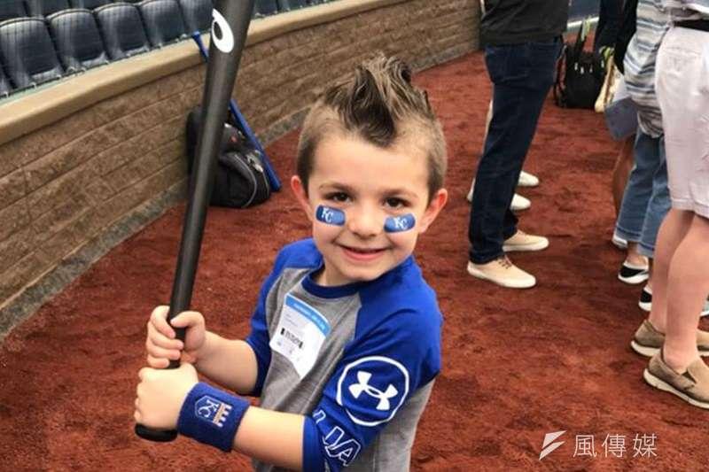 6歲的皇家小球迷里歐,得到印有大谷翔平名字的球棒。 (截圖自MLB官網)