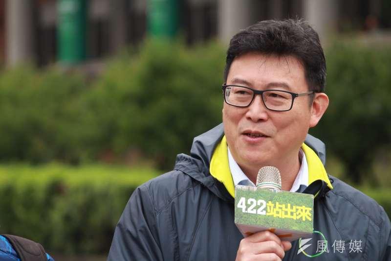 民進黨立委姚文智17日與十多名黨籍市議員,一同召開機蛋大遊行記者會。(方炳超攝)