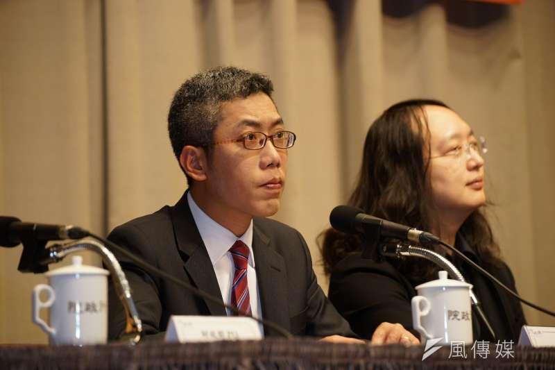 總統府發言人丁允恭(左)遭爆劈腿,9日請辭獲准。(資料照,盧逸峰攝)