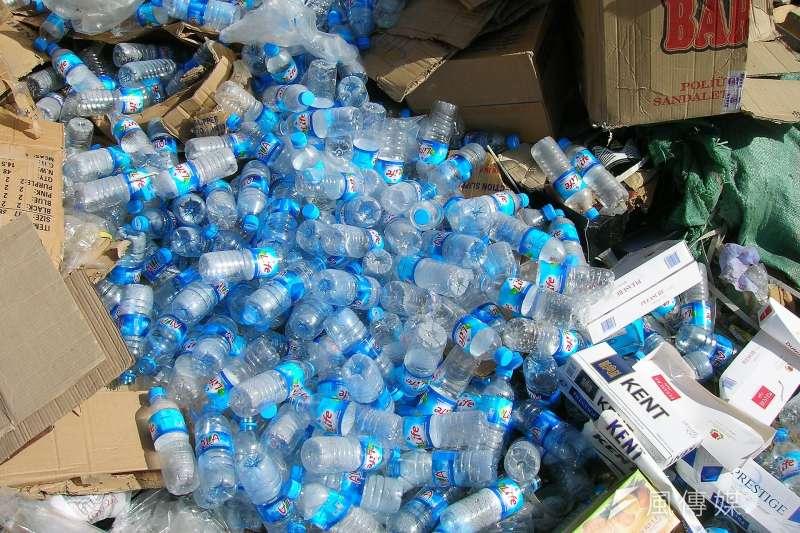 塑膠垃圾堆積如山,終於找到解決方法了?(圖/pixabay)