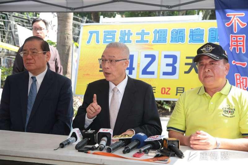 20180419-國民黨主席吳敦義(中)今日下午與黨副主席曾永權(左)一同到八百壯士在立法院外的帳篷中表達慰問之意。(顏麟宇攝)