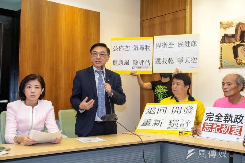 國民黨立委陳宜民(中)19日表示,教育部規範學生不得在夜間8時至晨間6時間受訓,讓學生少掉月薪3萬元實習機會。(顏麟宇攝)