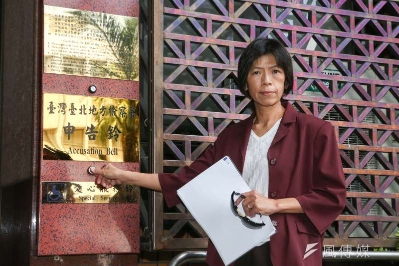 東華大學教授王純娟19日到台北地檢署,按鈴告發教育部長吳茂昆違法兼任專任教師,並連續3年詐領款項共804萬元。(陳明仁攝)