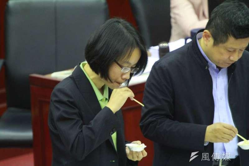 吳音寧日前發表「洋蔥文」,今日質詢時也頻被問洋蔥知識,應議員陳重文要求試吃洋蔥。(方炳超攝)