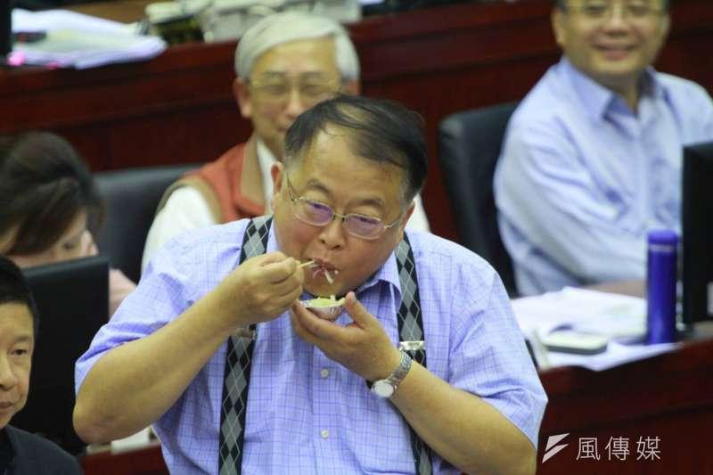 市場處長許玄謀,應議員陳重文要求試吃洋蔥。(方炳超攝)