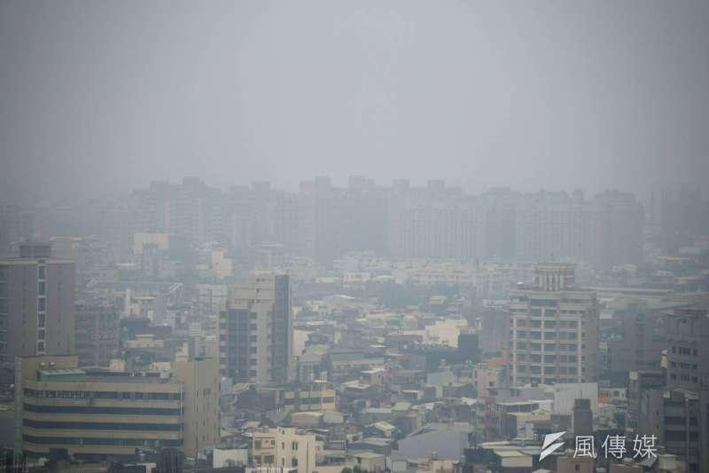 今天空氣品質不佳,遙望新竹市區一片霧濛濛。(盧逸峰攝)