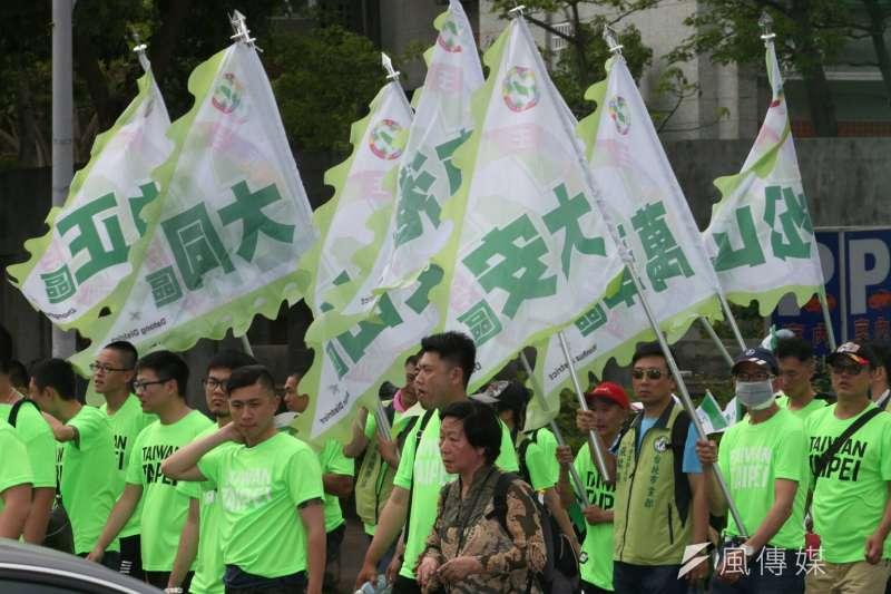 4月22日下午,立委姚文智在台北市舉行「機蛋大遊行」(柯黑大遊行),強力表達反對柯文哲的訴求。(陳明仁攝)