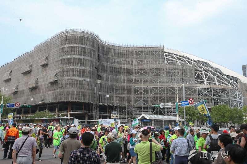 立委姚文智發起的「422機蛋大遊行」,遊行隊伍途經大巨蛋。(陳明仁攝)