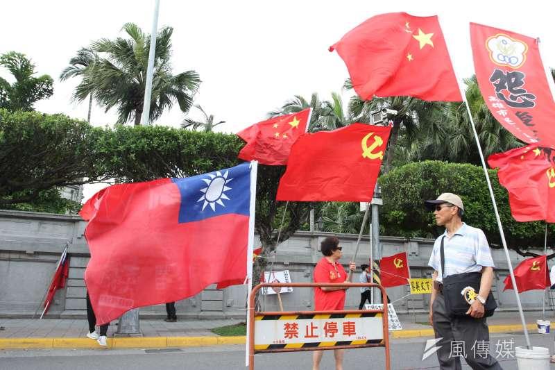 根據台灣民意基金會民調顯示,贊成台獨者仍占多數,但支持兩岸統一者已經超越「維持現狀」的人數。圖為中共五星旗和中華民國國旗並列。(資料照,陳韡誌攝)