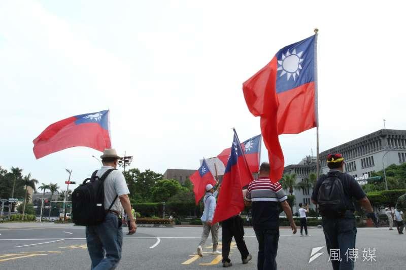 2018-04-23-監督年金改革行動聯盟423抗爭活動,群眾高舉中華民國國旗。反年改。(陳韡誌攝)