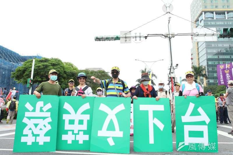 監督年金改革行動聯盟423抗爭活動,倒持蔡英文下台標語。(陳韡誌攝)