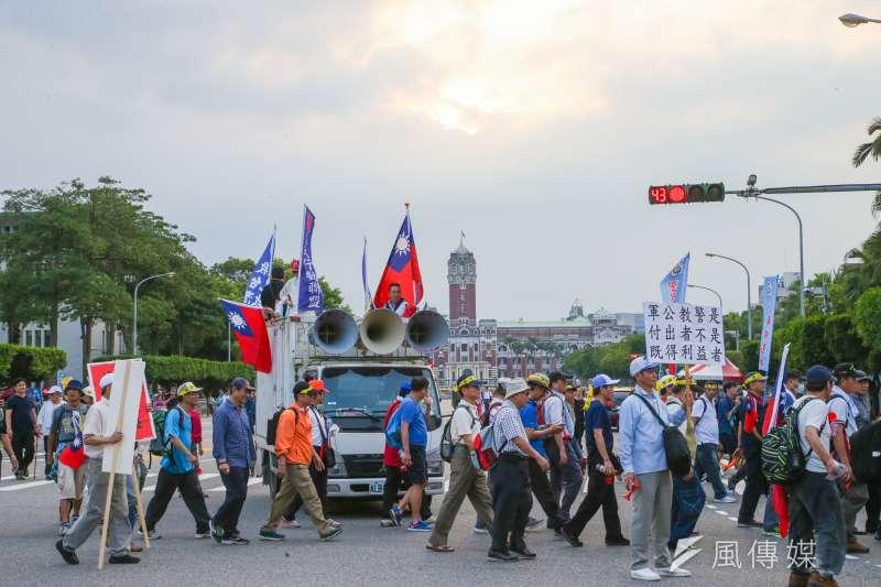 20180423-監督年金改革行動聯盟423抗爭活動,隊伍在傍晚離開凱道。(陳明仁攝)