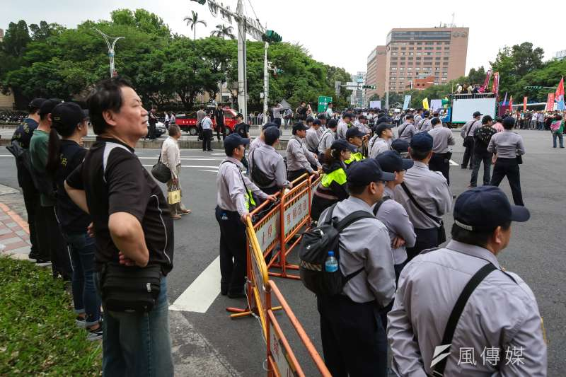 20180424-退休警消人員24日舉行警消不服從遊行,大批警力於行政院前待命。(顏麟宇攝)