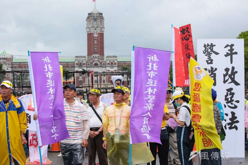 20180424-退休警消人員24日舉行警消不服從遊行,最後步行至凱道。(顏麟宇攝)