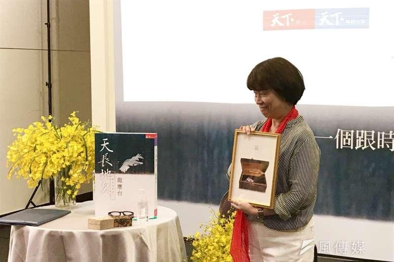 天下雜誌準備給龍應台的其中一個禮物,是母親美君的木頭書包照片裱框。(吳尚軒攝)