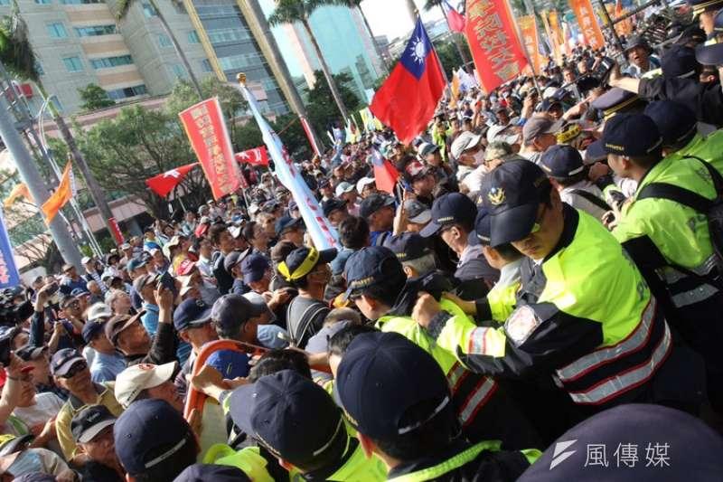 反年改團體25日與警察發生衝突並闖入立院。(陳韡誌攝) 年金改革