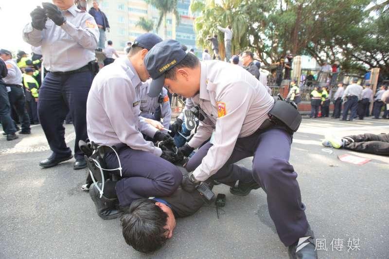 20180425-反年改團體25日與警察發生衝突。(顏麟宇攝)年金改革