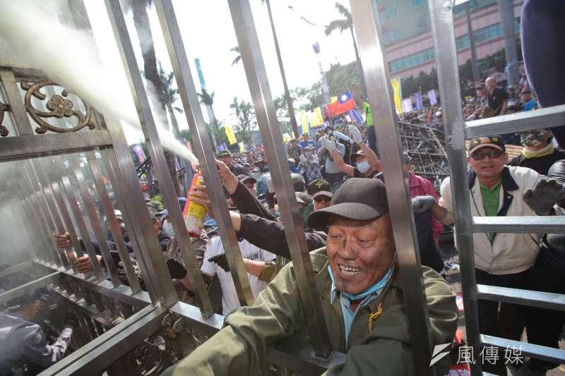 20180425-反年改團體25日與警察發生衝突並對立院內噴滅火器。(顏麟宇攝)年金改革